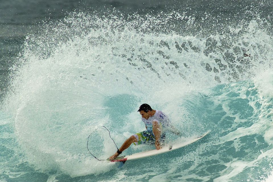 World Tour Surfer Re-signs With Billabong