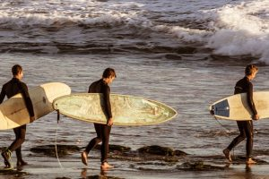 surfers-walking